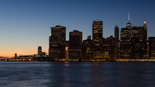 New York City Lower Manhattan skyscrapers from sunset to dusk - vídeo