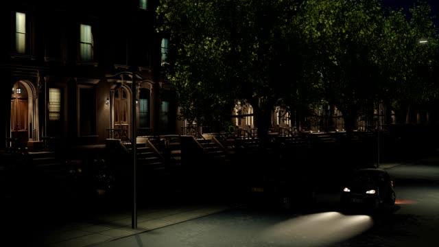 new york city nacht straße mit brownstone gebäude - sandstein stock-videos und b-roll-filmmaterial