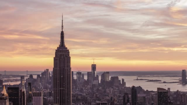 new york city skyline at twilight, day to night time lapse - parte superiore video stock e b–roll