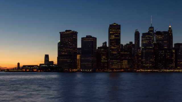 New York City skyscrapers between sunset and dusk. Lower Manhattan time-lapse - vídeo