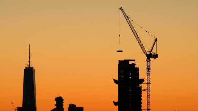 ニューヨーク市サンセット建設 - クレーン点の映像素材/bロール