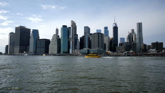 new york skyline från brooklyn park - strandnära bildbanksvideor och videomaterial från bakom kulisserna