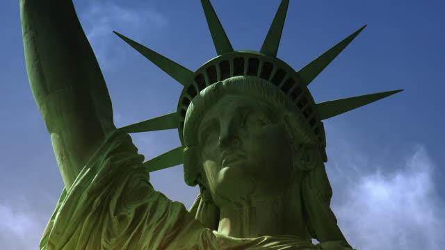 new york: freiheitsstatue, mit wolken und effekten, - kopfbedeckung stock-videos und b-roll-filmmaterial