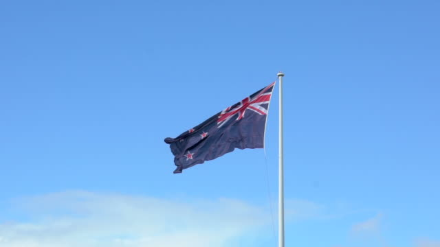 new zealand national flag in 4x slow motion - christchurch nuova zelanda video stock e b–roll