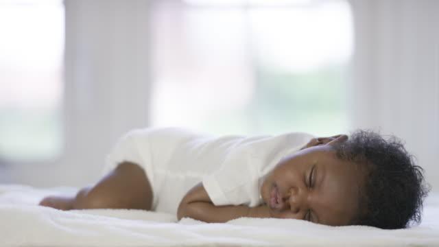 vídeos de stock e filmes b-roll de menino recém-nascido dormindo - dormir