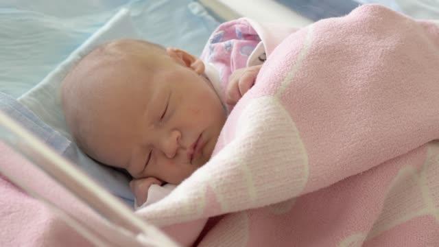 vidéos et rushes de petite fille nouveau-née endormie - 0 11 mois