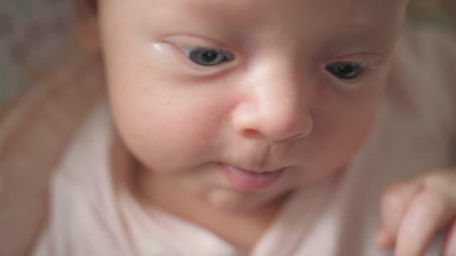 vidéos et rushes de petite fille nouveau-née faire des grimaces - 0 11 mois