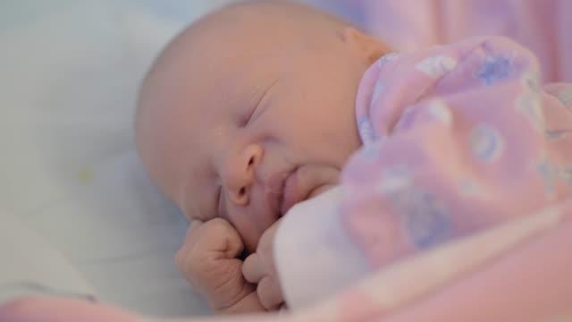vidéos et rushes de petite fille nouveau-née déplacement étant endormi - 0 11 mois