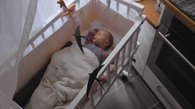 vídeos de stock, filmes e b-roll de bebé recém-nascido que napping na ucha - mobile