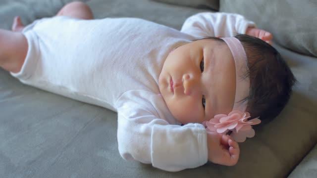 ein neugeborenes baby liegt ruhig auf einer couch - teurer lebensstil stock-videos und b-roll-filmmaterial