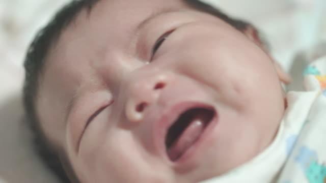 vídeos y material grabado en eventos de stock de recién nacidos llorando y gritando - nuevo bebé