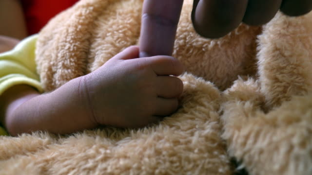 neugeborenes in der entbindungsstation - krankenstation stock-videos und b-roll-filmmaterial