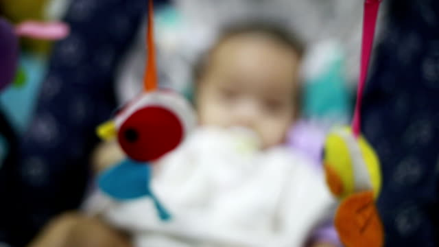 stockvideo's en b-roll-footage met pasgeboren kijkt omhoog naar speelgoed - baby toy