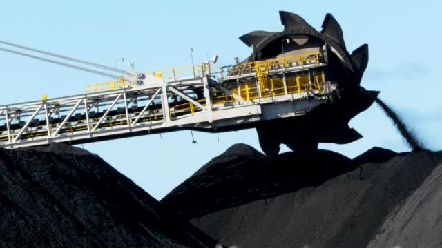 newcastle coal conveyor belt/loader closeup - уголь стоковые видео и кадры b-roll