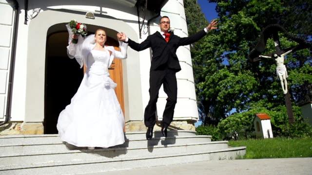 hd 超スローモーション: 新婚カップルの出発の階段 - 結婚式点の映像素材/bロール