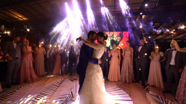 vídeos de stock, filmes e b-roll de dança de newlyweds waltz na pista de dança - casamento