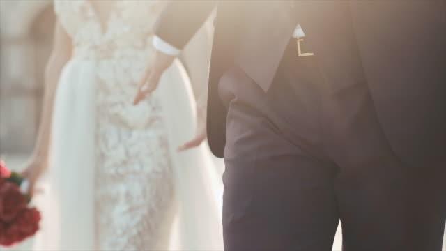 vídeos de stock, filmes e b-roll de newlyweds na caminhada do amor. dia do casamento. casal lindo. - casamento