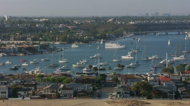 vídeos de stock, filmes e b-roll de newport beach, tiro aéreo de newport beach marina. - marina