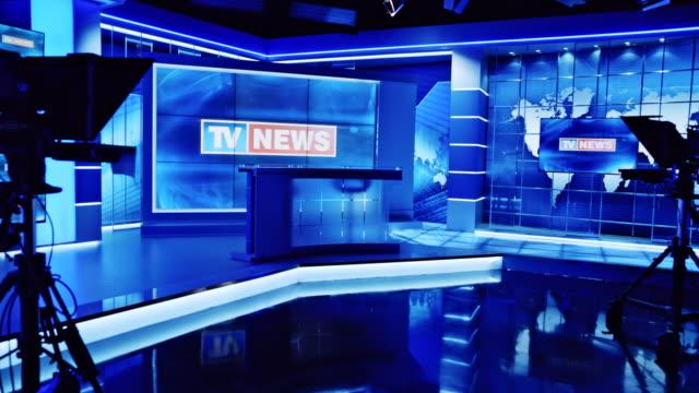 空のニュース スタジオの画面に表示する cs テレビ ニュース オープニング - テーブル 無人のビデオ点の映像素材/bロール