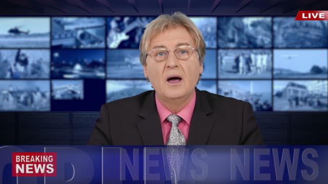 vídeos de stock, filmes e b-roll de 4k newscaster lendo as notícias - história