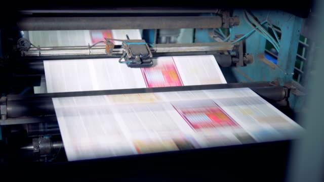 vidéos et rushes de journal imprimé sur une machine de maison d'imprimerie. 4k. - presse