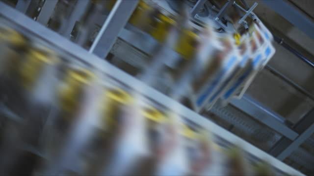 工場全体で曲がりくねったコンベアベルトからぶら下がるpan新聞 - 豊富点の映像素材/bロール