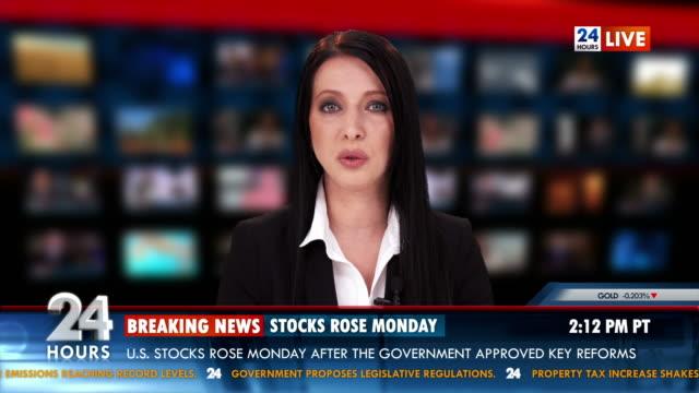 hd: чтения новостей придавая фондовая биржа новости - табло котировок стоковые видео и кадры b-roll