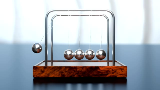 newton's cradle office toy loop - armonia video stock e b–roll