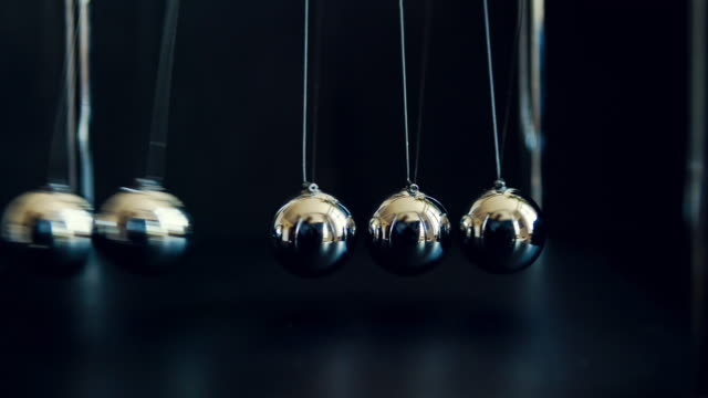 newton's cradle slow motion - ripetizione video stock e b–roll