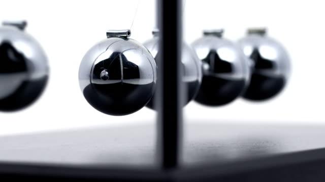 pendolo di newton - balance video stock e b–roll