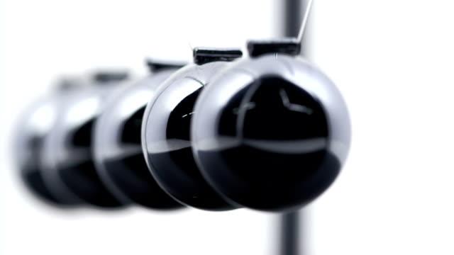 newton's cradle - physik stock-videos und b-roll-filmmaterial