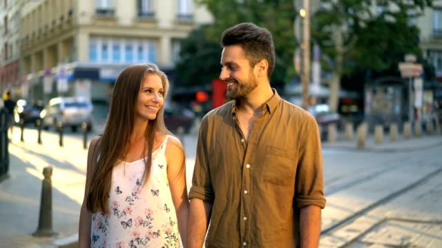 素敵なカップルさんとカメラに笑顔 - 対面点の映像素材/bロール