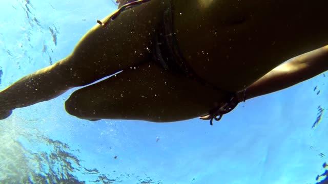 ницца девочка купания в море с googles - google стоковые видео и кадры b-roll