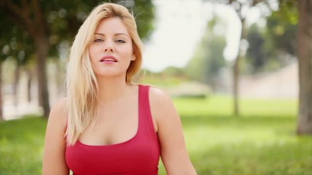 Entspannte schöne Frau in einem Stadtpark – Video