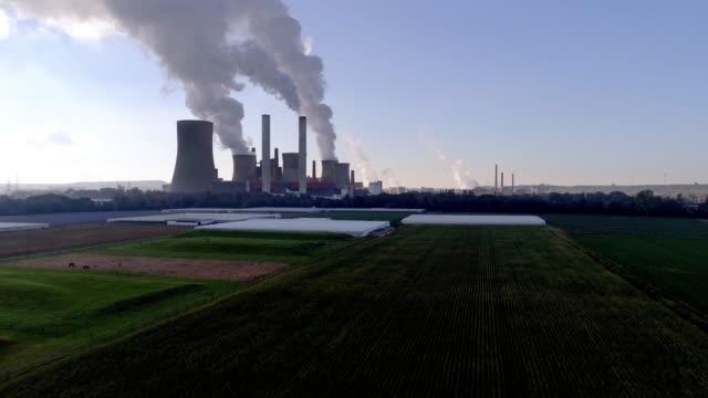 kohlekraftwerk niederaußem im kölner tiefland - aerial view soil germany stock-videos und b-roll-filmmaterial