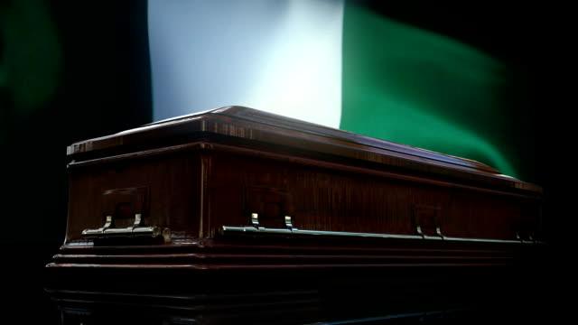 nigeria flag behind coffin - памятник стоковые видео и кадры b-roll