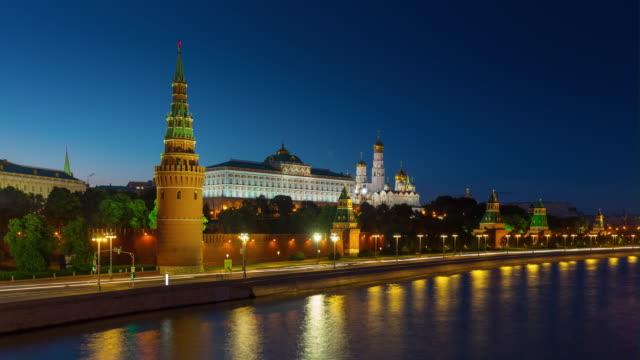 nära skymningen upplyst moskva floden kreml trafik bay panorama 4k timelapse ryssland - kreml bildbanksvideor och videomaterial från bakom kulisserna