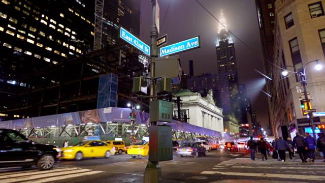vídeos y material grabado en eventos de stock de noche calle 42. en nueva york. manhattan midtown. estación grand central. hotel hyatt. edificio chrysler - señalización vial