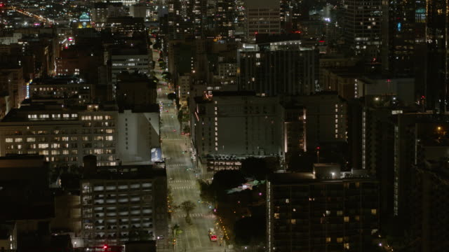 night aerial of empty downtown los angeles street during the covid-19 pandemic - lockdown filmów i materiałów b-roll