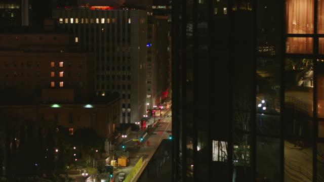 antenna notturna della strada vuota downtown los angeles durante la pandemia di covid-19 - centro della città video stock e b–roll