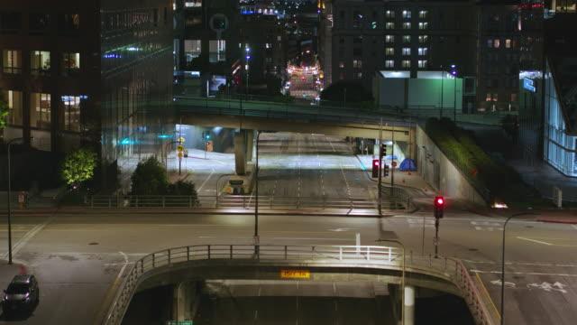 night aerial of empty downtown los angeles street during the covid-19 pandemic - ludzka osada filmów i materiałów b-roll