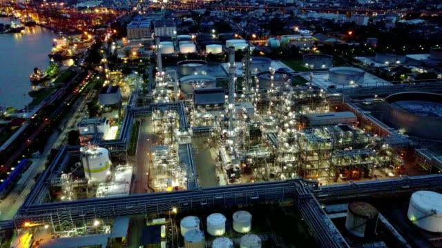 stockvideo's en b-roll-footage met 4k luchtfoto shot van de nacht uit olie tanks in een raffinaderij - chemische fabriek