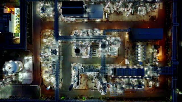 stockvideo's en b-roll-footage met 4k nacht luchtfoto van olie industrie - olieraffinaderij