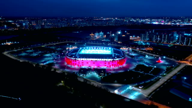 高速道路の交差点とサッカースタジアムスパルタクモスクワオトリティアリーナの夜の航空写真 - スタジアム点の映像素材/bロール