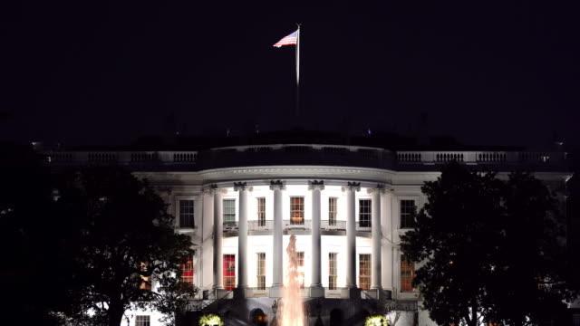 米国の旗、コロンビア米国のワシントンdcのホワイトハウスの夜の建築 - 記念建造物点の映像素材/bロール
