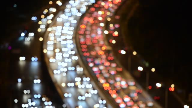 vídeos de stock e filmes b-roll de night bokeh view of crowded traffic / beijing, china - circular economy