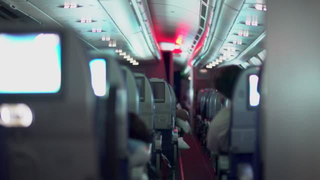 장거리 비행을 위한 밤 오두막 초점. - airplane seat 스톡 비디오 및 b-롤 화면