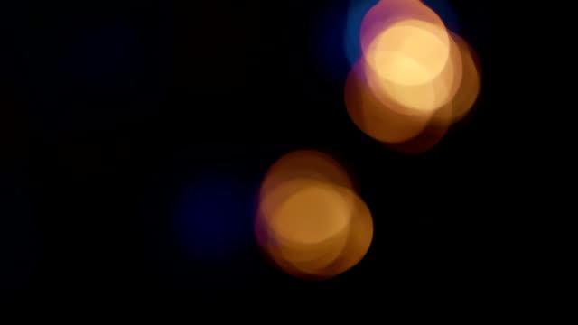 notte luci della città sfocato acqua sul fiume. - soft focus video stock e b–roll