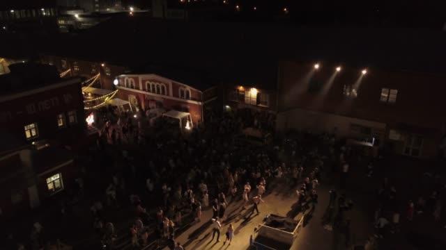 vídeos de stock e filmes b-roll de night city party for young people with dancing and musical entertainment - bar local de entretenimento