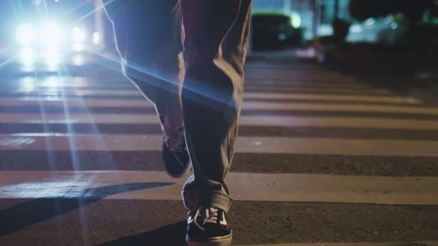 night city. people crossing street. - пешеходная дорожка путь сообщения стоковые видео и кадры b-roll